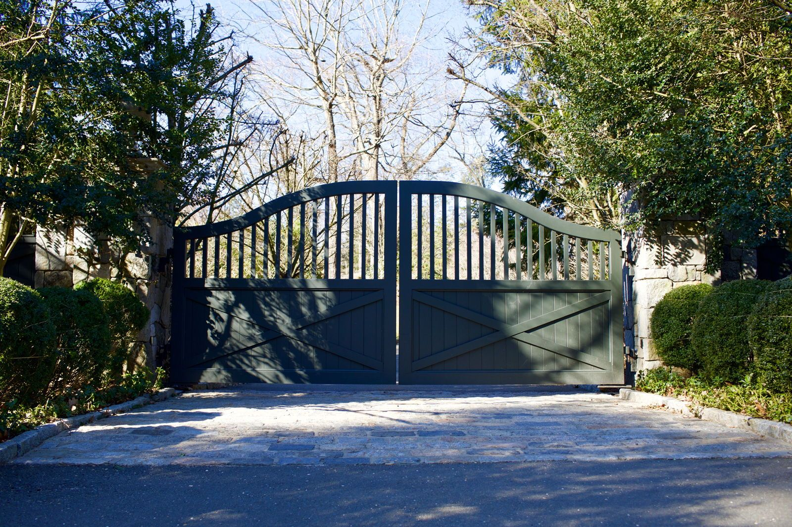 Farmhouse Driveway Gate Gets A Modern Look With Dark Paint Driveway Gate Entrance Gates Driveway Entrance Gates