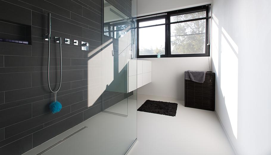 Gietvloer in de badkamer en inloopdouche by Excellent Epoxyvloeren ...