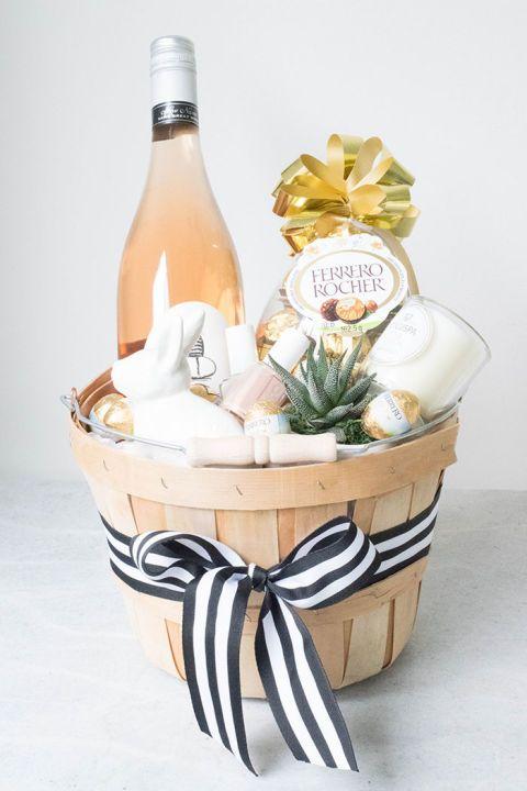 Deko Ideen zu Ostern Osterkorb nette Überraschung für jede Gastgeberin Süßigkeiten Schokolade Flasche Wein Nagellack Fererro-Pralinen Schleife weiß-schwarz - gestreift #seasonsoftheyear