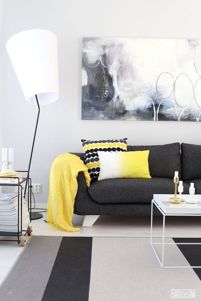 Keltainen tehosteväri sisustus Marimekon tyynynpäällinen Modernisti kodikas blogi