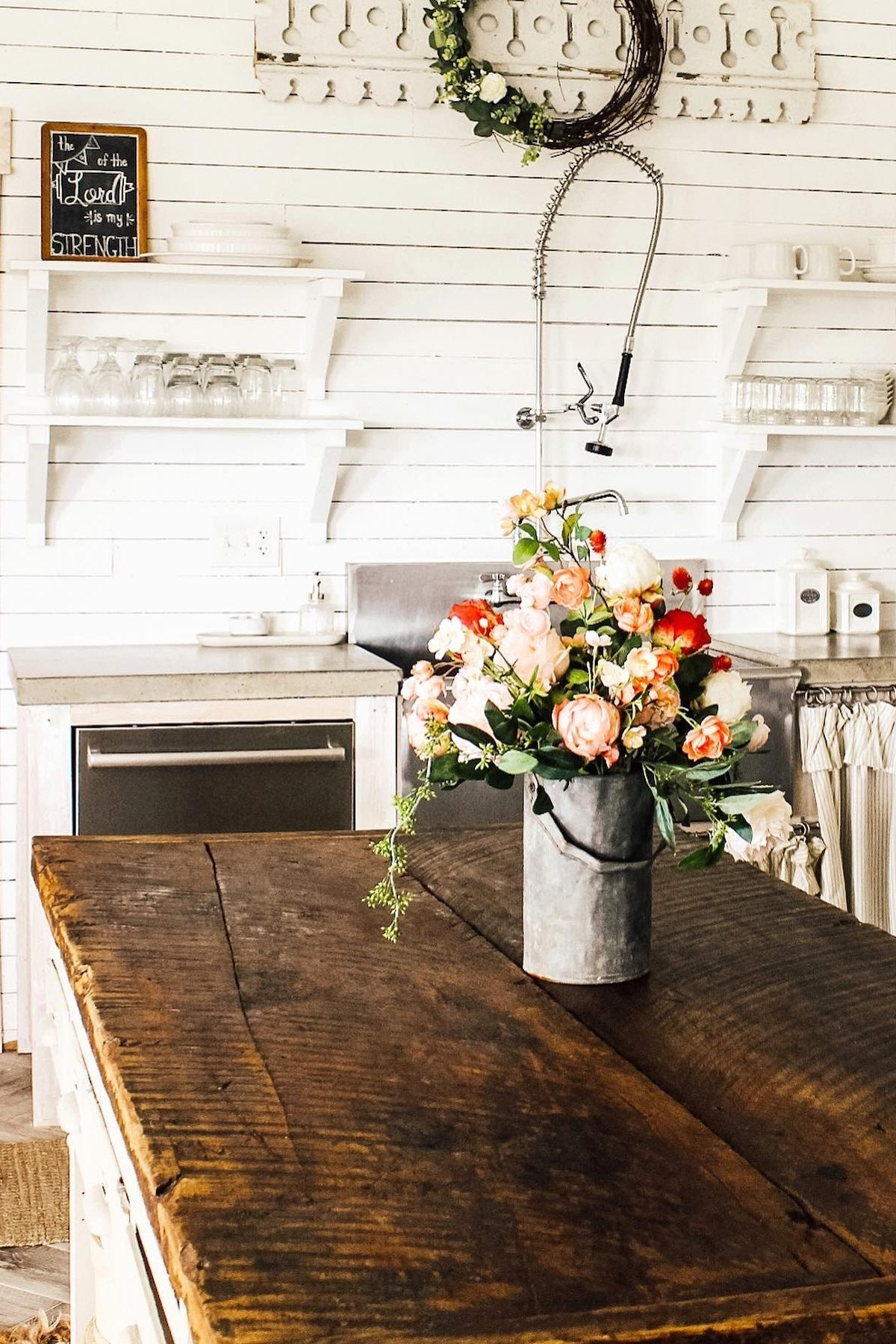 Create an affordable DIY farmhouse flower arrangement with reusable wildflowers from Afloral.com. Image by @fletchercreekcottage #fakeflowers #farmhousedecor #farmhousekitchen