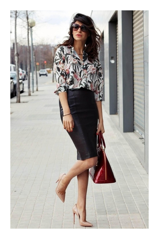 bb1a46d3e9 Escotes elegantes y discretos para ir a la oficina  TiZKKAmoda  look   officer  blusa  estampadofloral  falda  negro  stilettos  nude  lentes   bolsa  rojo