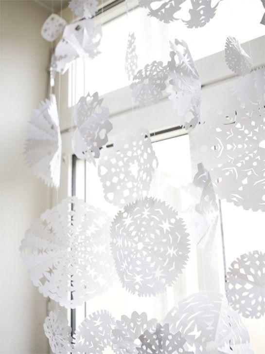 Decorando ventanas en Navidad / Decorating windows clases de arte