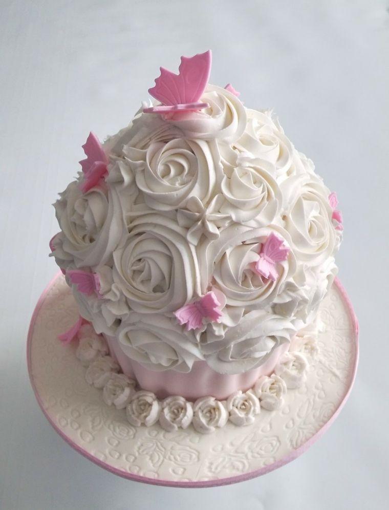 Torta di compleanno facile, decorata con panna montata bianca e