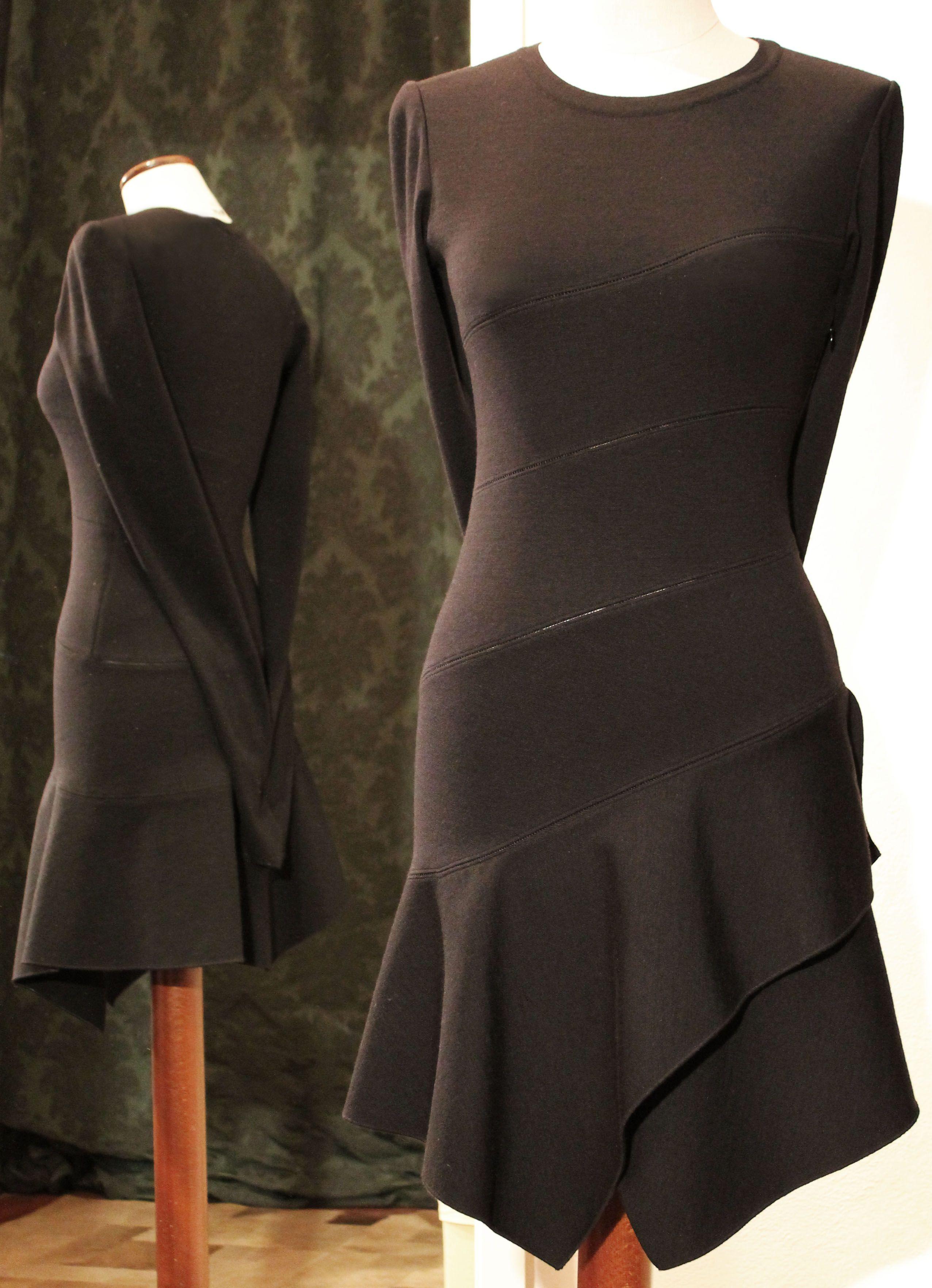 timeless design e5d29 dddf1 Tubino nero Azzedine Alaïa in lana con balze e tagli ...