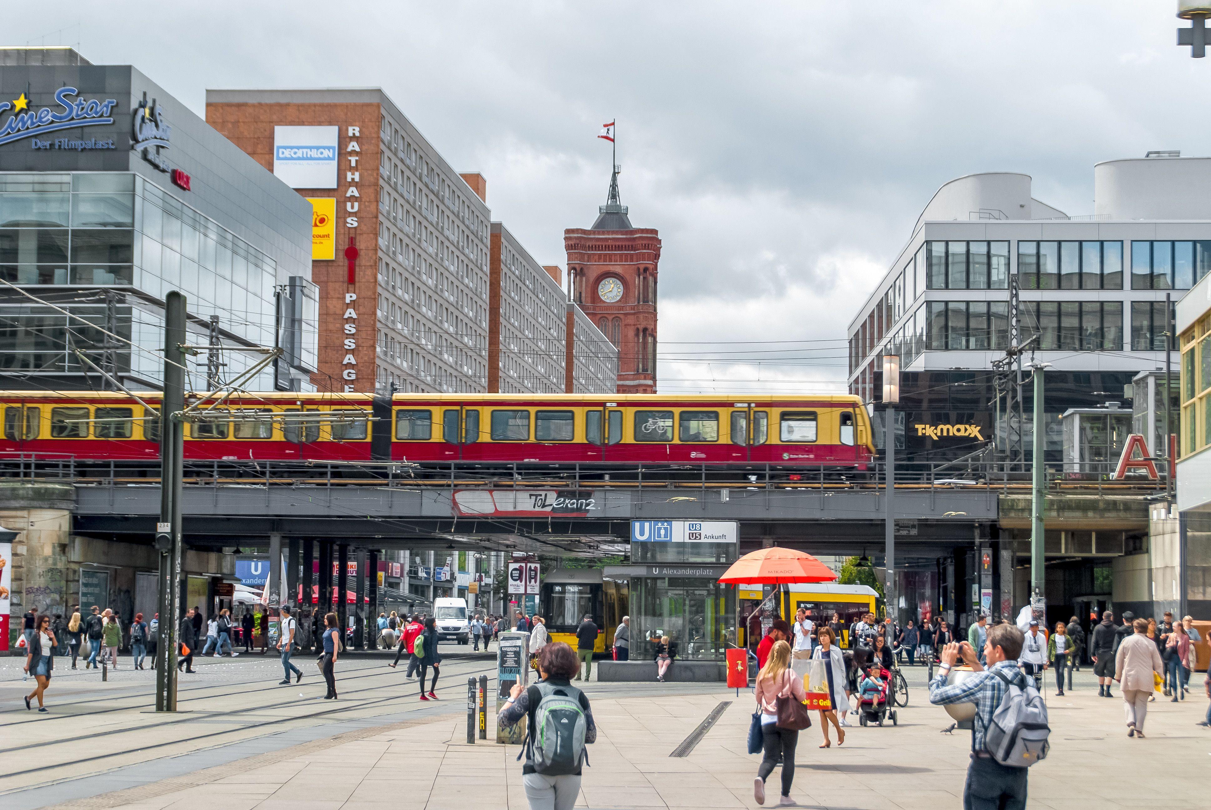 52 Alexanderplatz Bahnhof Und Rathausstrasse In 2020 Street View Scenes Street