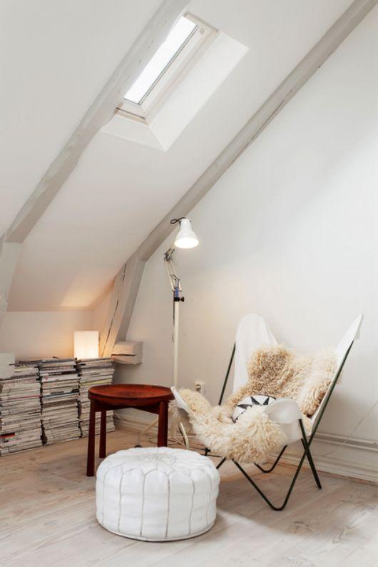 wohnzimmer dachschräge weiß mit dachfester und runder stehtisch - wohnzimmer weis holz