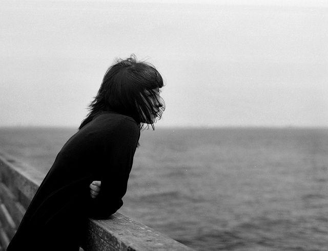 Orda da geçiyor günler... / Duyar gibiyim, orda da, / - Her an ömrüm tükenirken - / Orda belki bir adada / Geçiyor özlenen günler. / Geliyor ta uzaklardan, / O benim olan diyardan / Kulağıma kadar sesler, / Ve içimden diyorum ben, / Geçiyor ruha denk günler... / ...Orda da geçiyor günler, / Geçiyor beklenen günler, / Geçiyor gelmeyen günler. Ziya Osman SABA