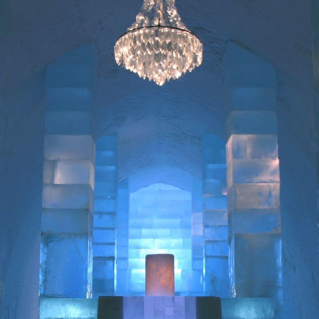 هل سمعتم من قبل عن فندق الجليد فندق الجليد في السويد مبني من الجليد المنحوت يذوب في الصيف ويعاد بناؤه في شتاء كل عام يفتح Ceiling Lights Chandelier Decor