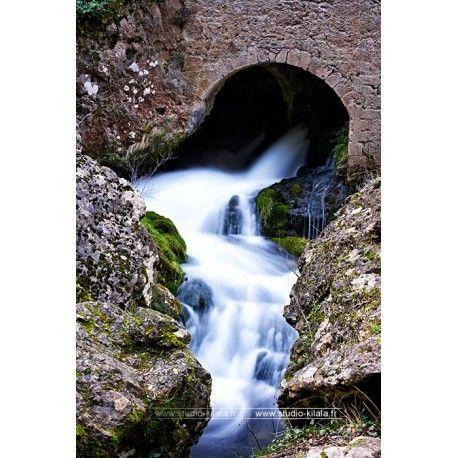 La résurgence de la Foux se situe sur la commune de Vissec dans le Gard. Les gorges de la Vis sont un canyon creusé entre le causse de Blandas et le causse du Larzac. La Vis prend sa source dans le Parc national des Cévennes, coule jusqu'à Alzon avant de se perdre au niveau du moulin de Larcy, ce qui laisse un lit sec et rejoint un réseau souterrain pour ressurgir à la résurgence de la Foux.  #Photographie #ruisseau #nature #montagne
