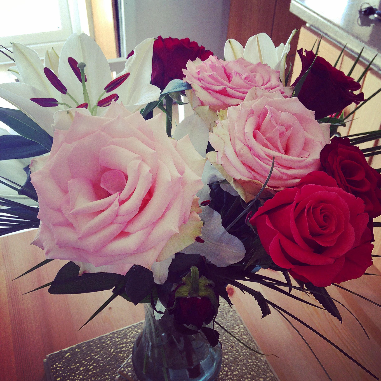 Beautiful flowers still blooming after 1 week 💐