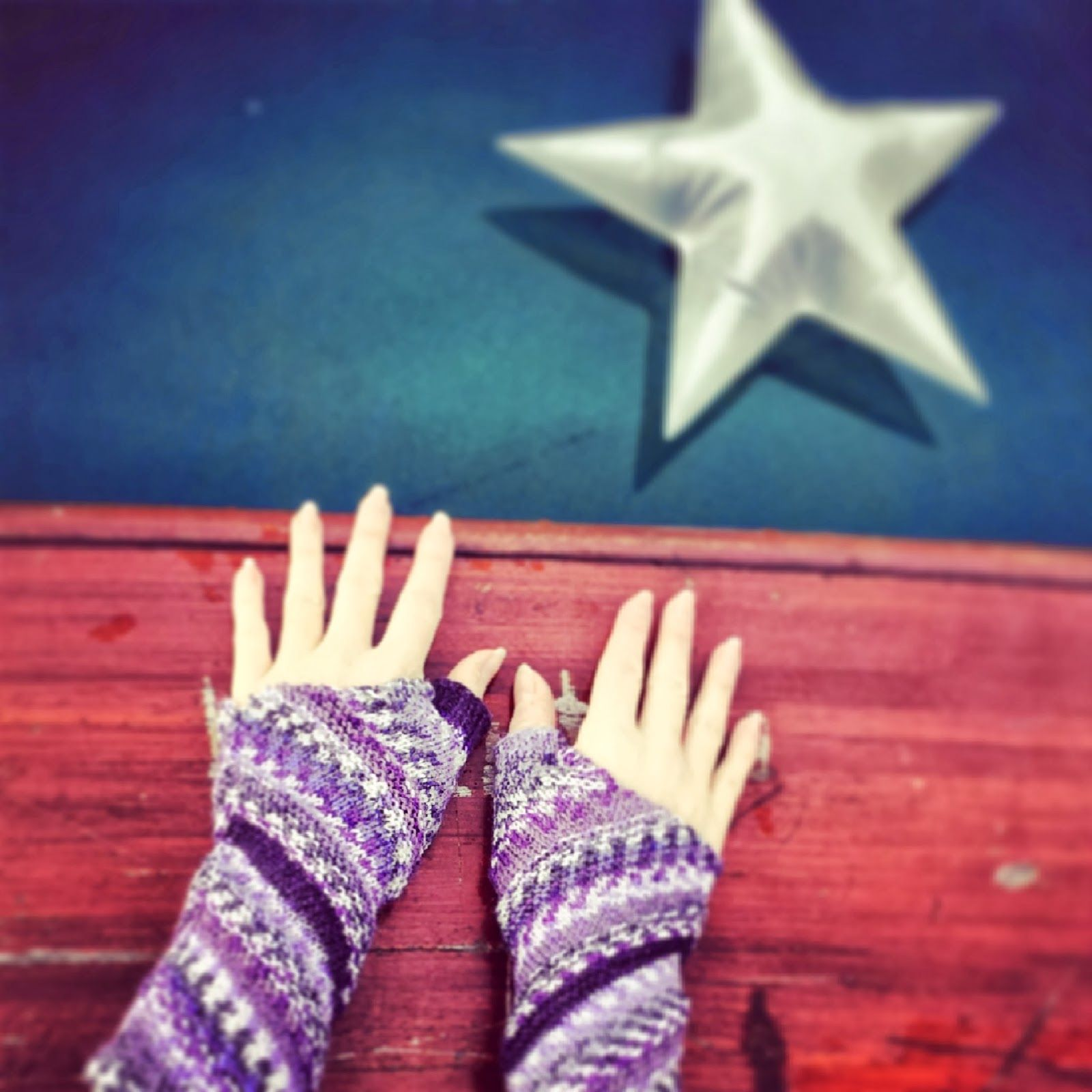 Triangulation Wrist Warmers - knitted in one piece - Knitting and so ...