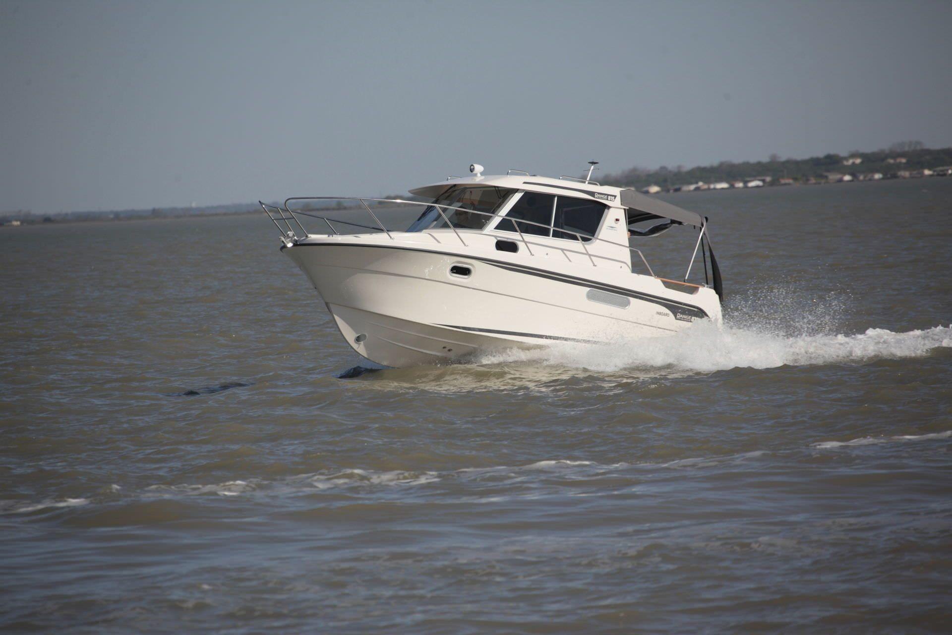 inboard cabin cruiser    9  4