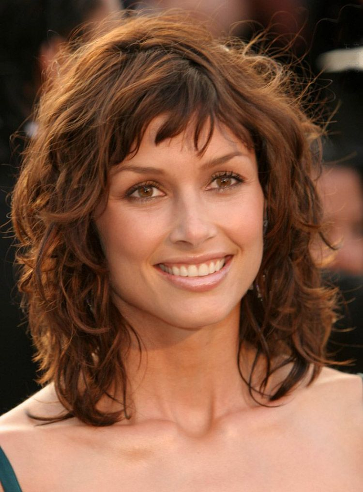 how to style curls on medium length hair medium length wavy shag hairstyle yes its naturally this 8936
