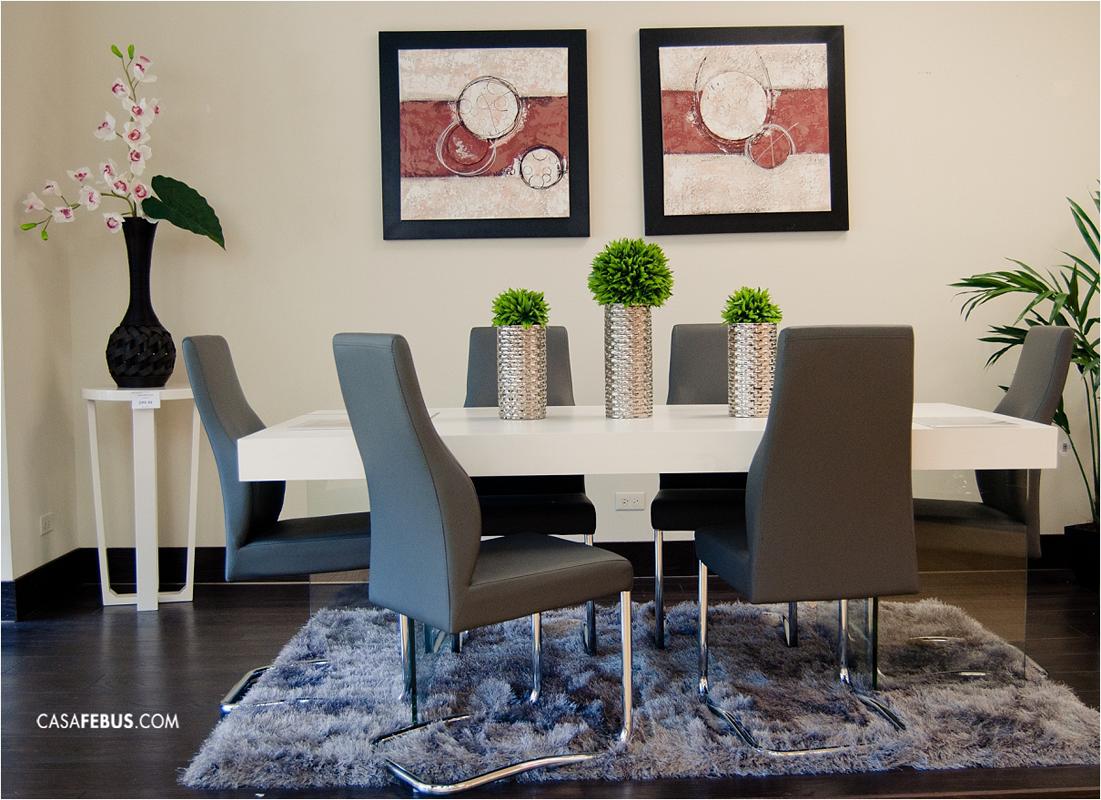 Hermoso conjunto de comedor con mesa blanca y sillas de for Sillas de comedor tapizadas en gris