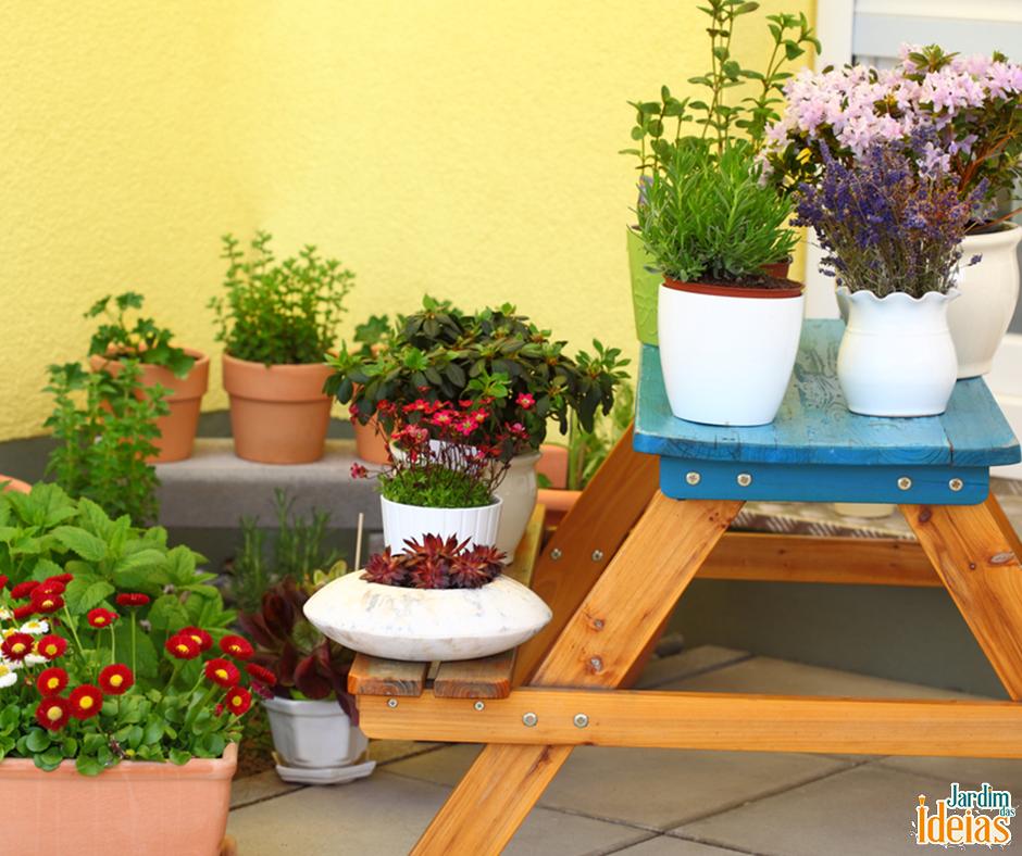 Vasos floridos espalhados pela casa deixa o clima mais alegre.