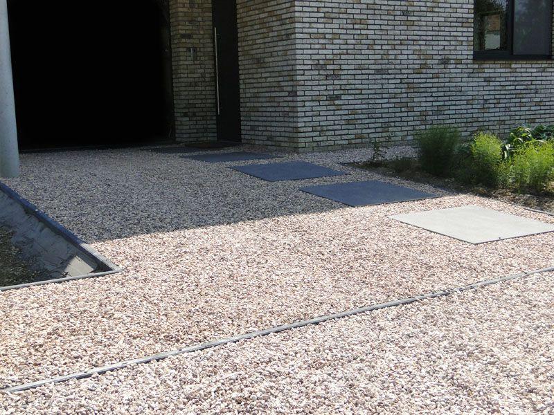 Oprit in grind in combinatie met betontegels megategels oprit