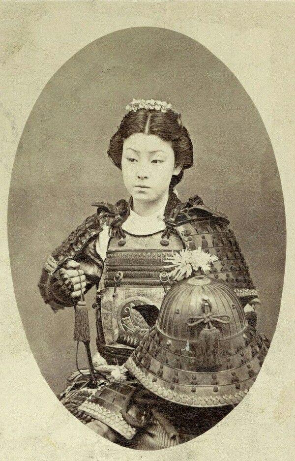 """Fotografía deuna mujer samurai (enjaponés """"Onna Bugeisha"""") instruída enartes marciales. Finales delos años 1800"""