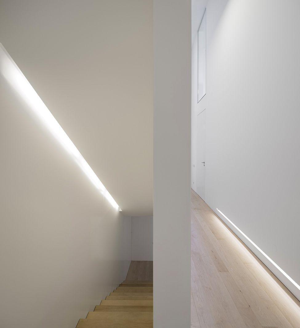 Tyylikästä valaistus portaikossa ja listana lattian rajassa.
