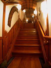 潜龍閣へのけやきの階段