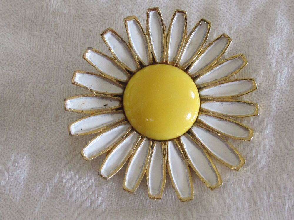 Vintage WEISS DAISY Pin BROOCH GOLD TONE With WHITE YELLOW ENAMEL #Weiss