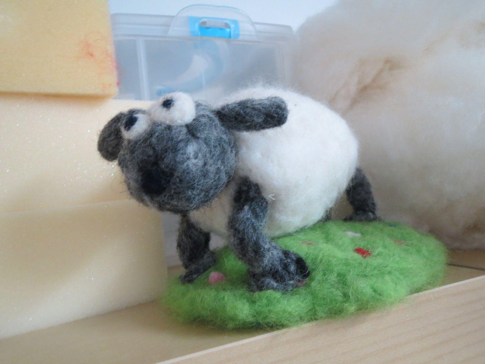 Ihana Vempula-tyttönen on huovuttanut hauskan lammashahmon neulahuovutuksella.