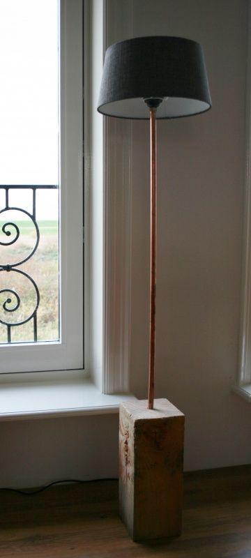 Stoere staande lamp van douglas hout met koperen details | Lampen & toebehoren | Homi Articles: http://www.homi.nl/a-38813451/lampen-toebehoren/stoere-staande-lamp-van-douglas-hout-met-koperen-details/