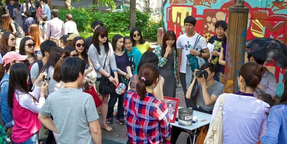 Когда будете в Сеуле, обязательно посетите район Хондэ. Его можно охарактеризовать как культурную студенческую улицу, где все пропитано духом молодости, новых начинаний и стремлений. Здесь сосредоточено множество небольших галерей, интересных кафе, магазинов модной одежды, популярных ресторанов и т.д.Сюда можно приехать и без денег, но все равно отлично провести время: художники ...