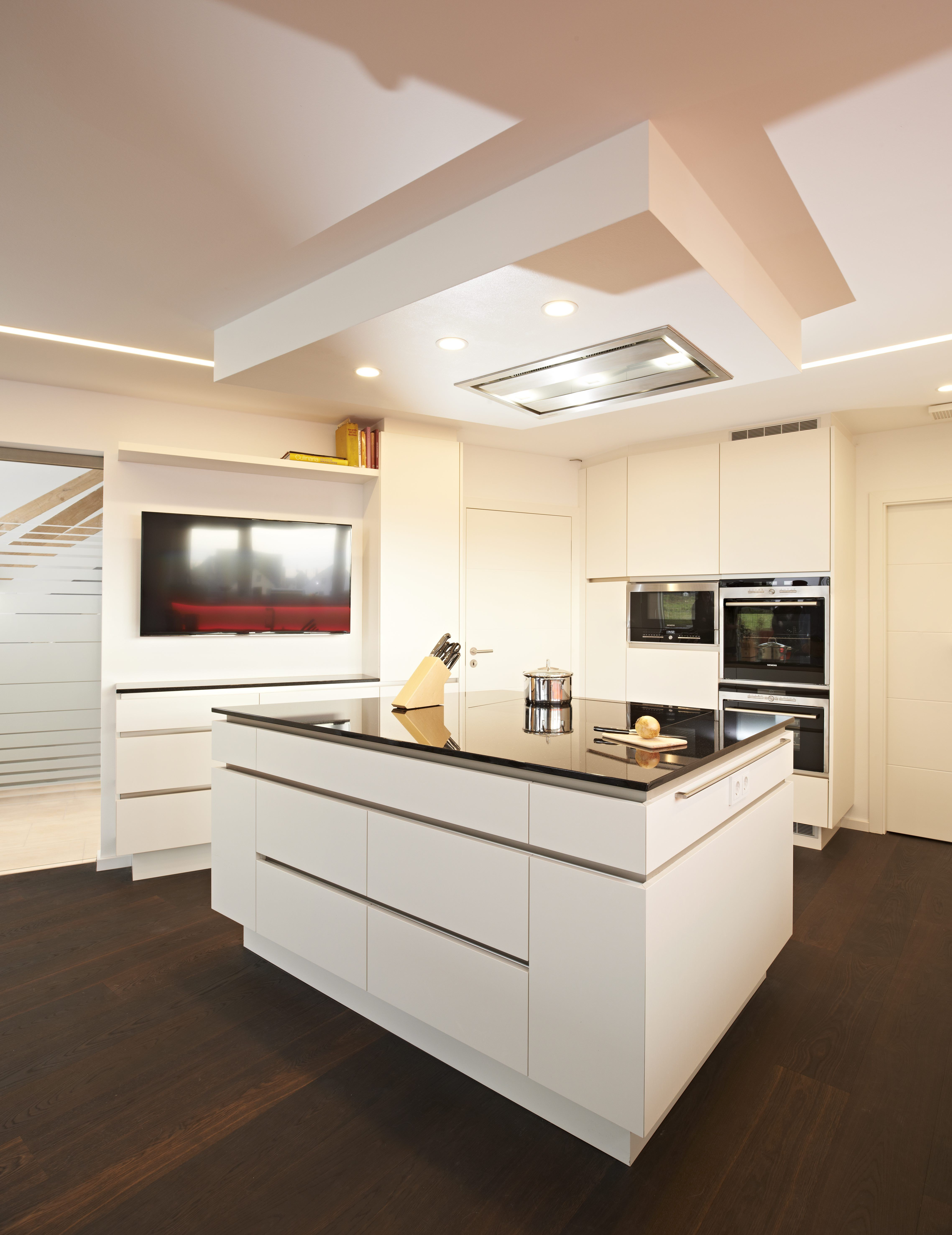 Diese Küche bietet einen zentralen Küchenblock, welcher mit einer ...