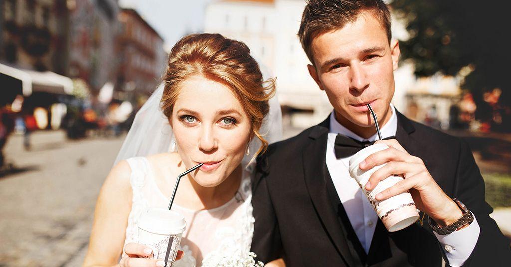So Bringst Du Die Stimmung An Deiner Hochzeit Mit Einwegkameras In Schwung Einwegkamera Hochzeit Hochzeit Kirchen Deko Hochzeit
