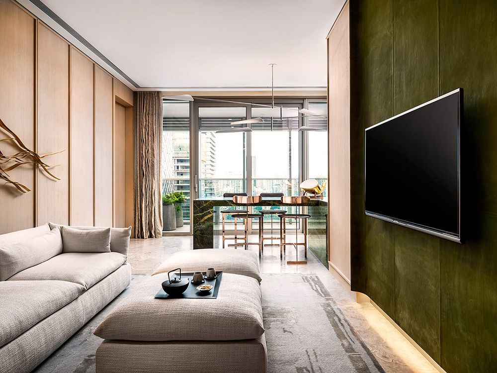En el family room, la pared de cuero añade un toque elegante al conjunto.