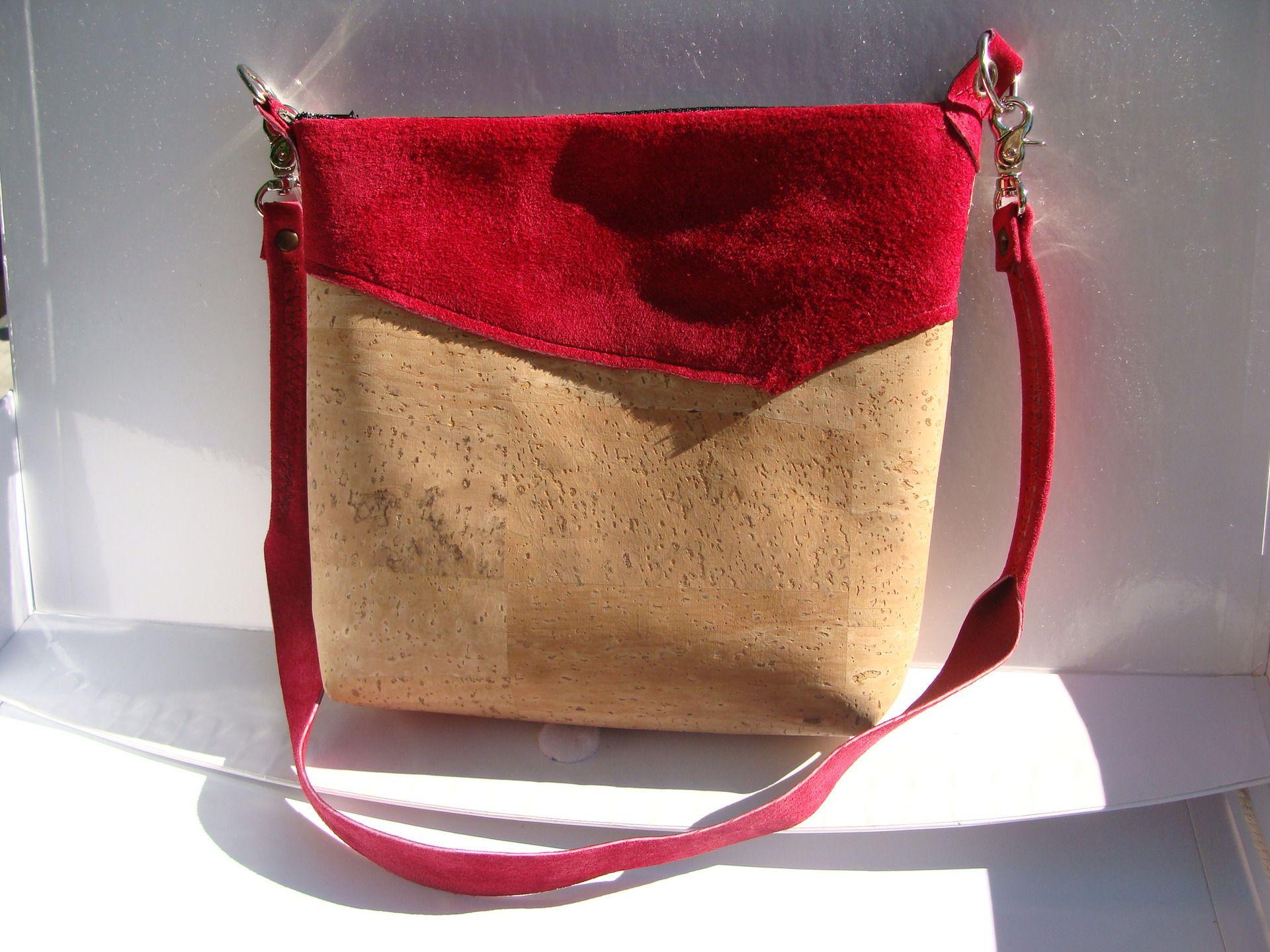 ecf87a6fa9 sac artisanal, pochette bandouliere en matiere naturel, liege et cuir  fushia : Sacs à main par nintai-art