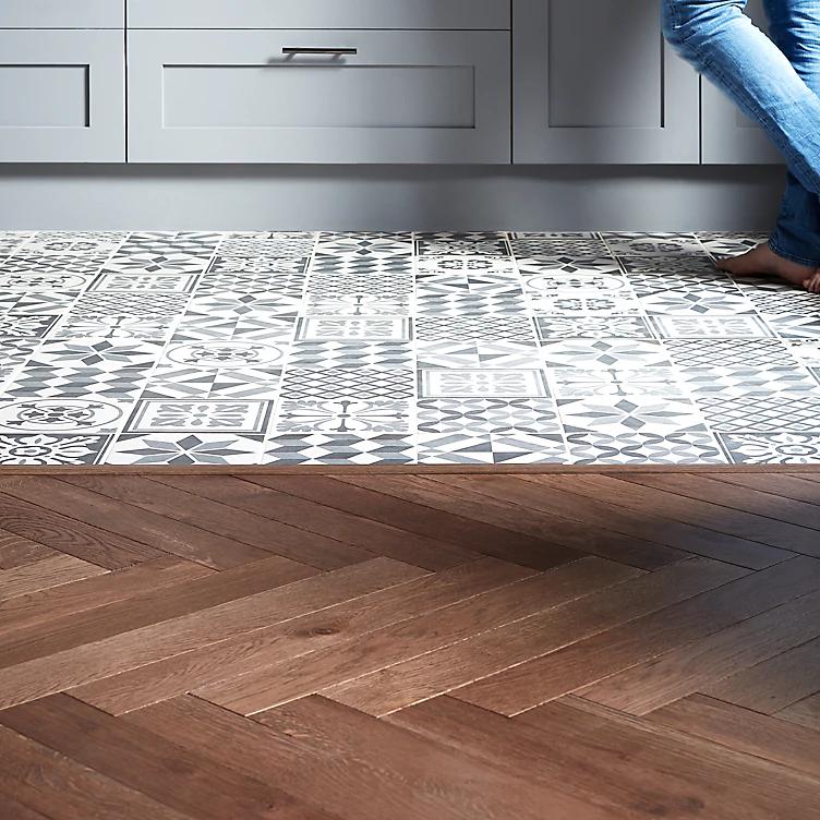 How to lay floor tiles   Ideas & Advice   DIY at B&Q in ...
