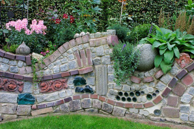 Steinmauer Als Blickfang Und Sichtschutz Im Garten 40 Ideen Ummauertergarten Steinmauer Garten Gartenmauer Gartenmauern