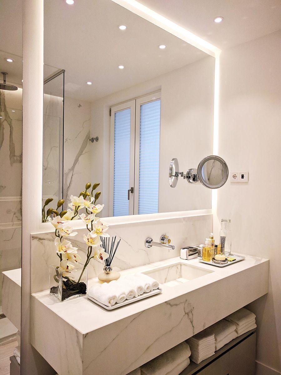 Ba o con gran espejo retroiluminado y espejo de aumento con luz circular integrada ba o casa - Espejo retroiluminado bano ...