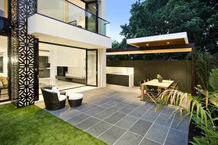Revêtement de sol en pierre naturelle granit pour la terrasse avec un coin repas et coin