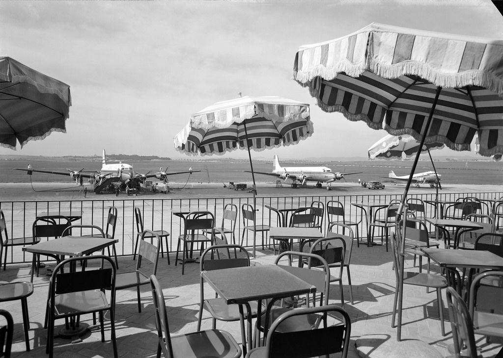 Esplanada do restaurante do aeroporto - vista para a pista de aviões. Data de inauguração: 22/03/1947. Entidade responsável pela obra: Sociedade de Construções Amadeu Gaudêncio, Lda . Fotógrafo: Estúdio Horácio Novais Data de produção da fotografia original: 1947.  [CFT164.161342.ic]