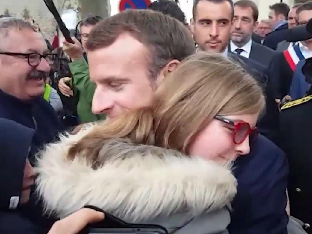 Emmanuel Macron enlace une petite fille après les