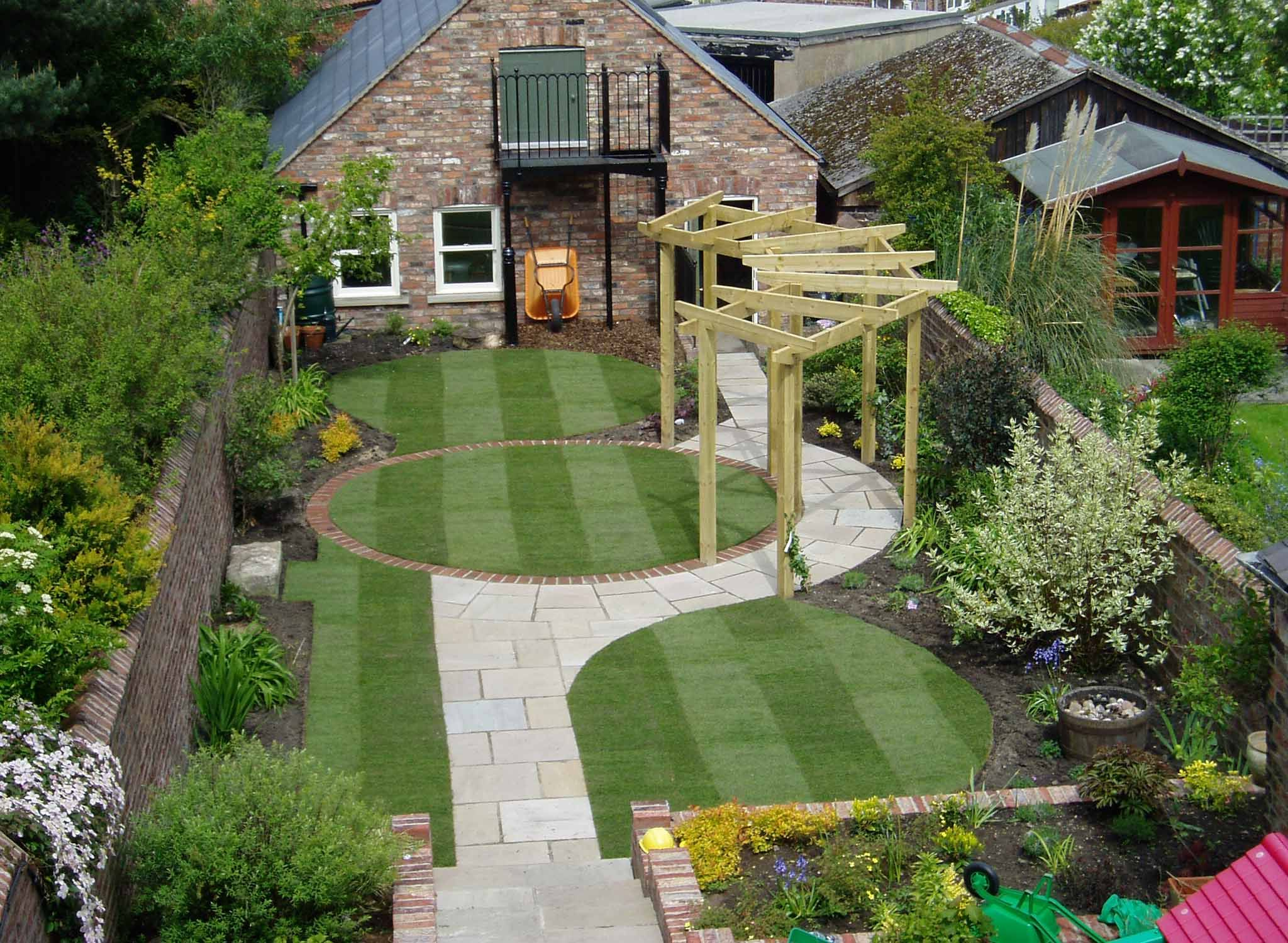 Stunning Garden Design House With A Beautiful Garden Decor And Cool Green Grass Round Resembles Carpet Dizajn Ozelenenie Dizajn Sada Kamnej Dizajn Sada