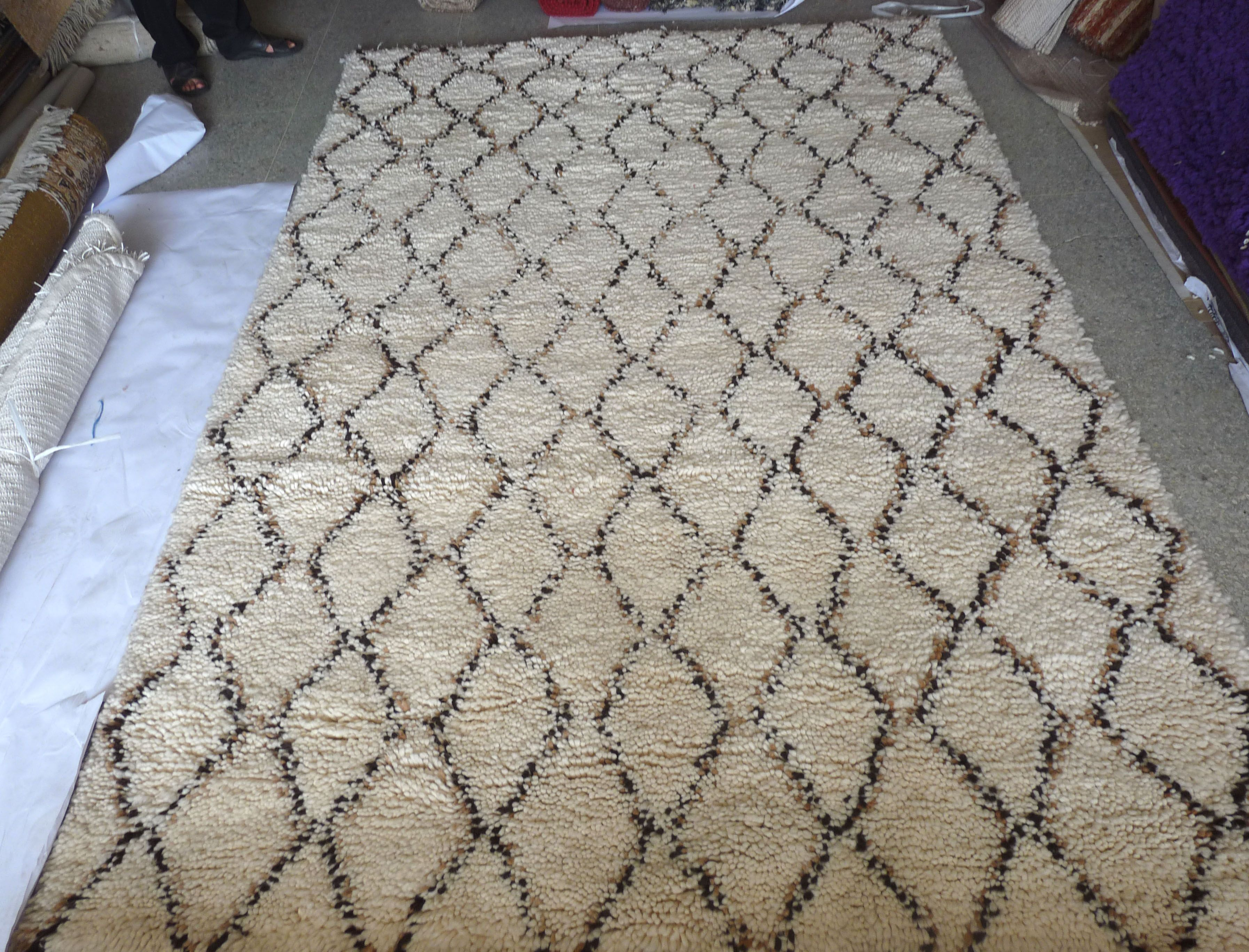 Another shaggy Beni Ouarain piece with a thick granular texture. Typical diamond motifs with black and brownish outlines. Very soft virgin wool! #Beni #Ouarain Moroccan Wool Beni Ouarain #55.