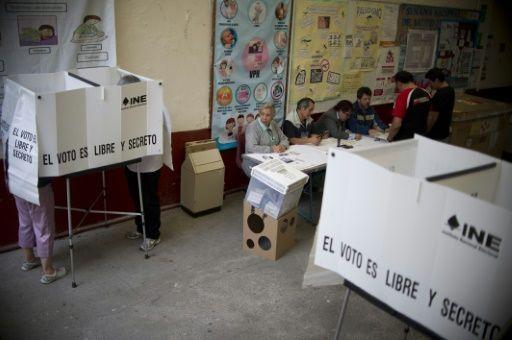 El gubernamental Partido Revolucionario Institucional (PRI) quedó relegado en la elección de 12 gobernadores el domingo, al sufrir unas históricas derrotas en importantes bastiones como Veracruz (este) y Tamaulipas (noreste), en unos comicios considerados como un termómetro para las presidenciales de