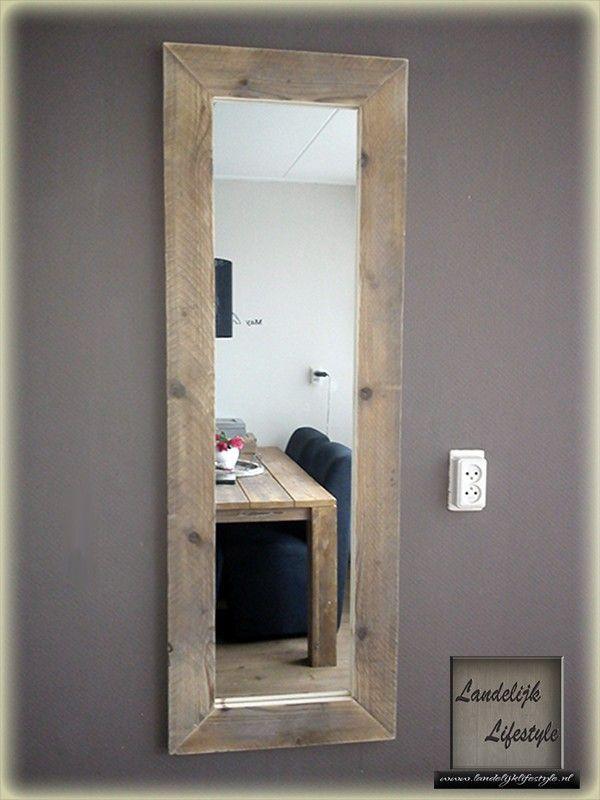 Mooie grote spiegel met een lijst van steigerhout ideeen for Lijst inrichting huis