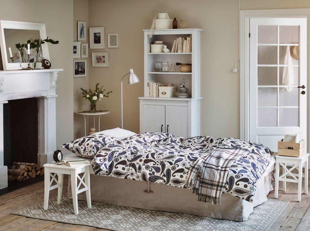 ein wohnzimmer in einem urlaubsh uschen u a mit himmene. Black Bedroom Furniture Sets. Home Design Ideas