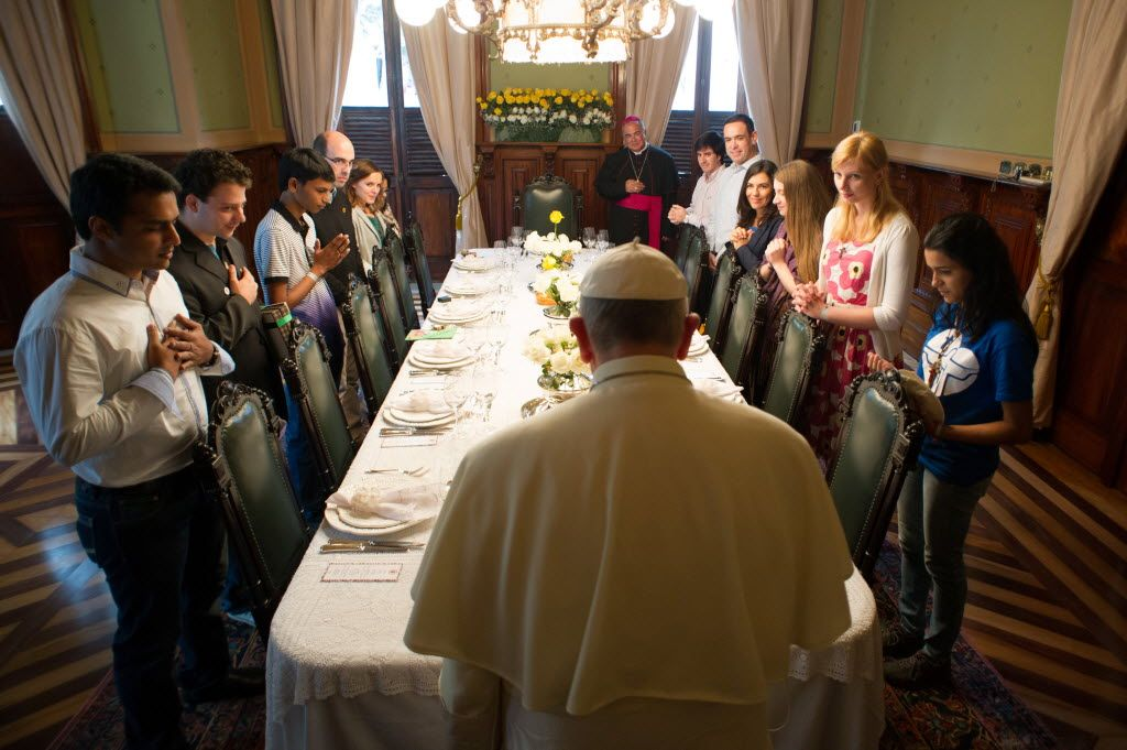 Pope Francis eats dinner with youth at the Archbishop's Palace, St. Joaquim, in Rio de Janeiro, Brazil - Pesquisa Google