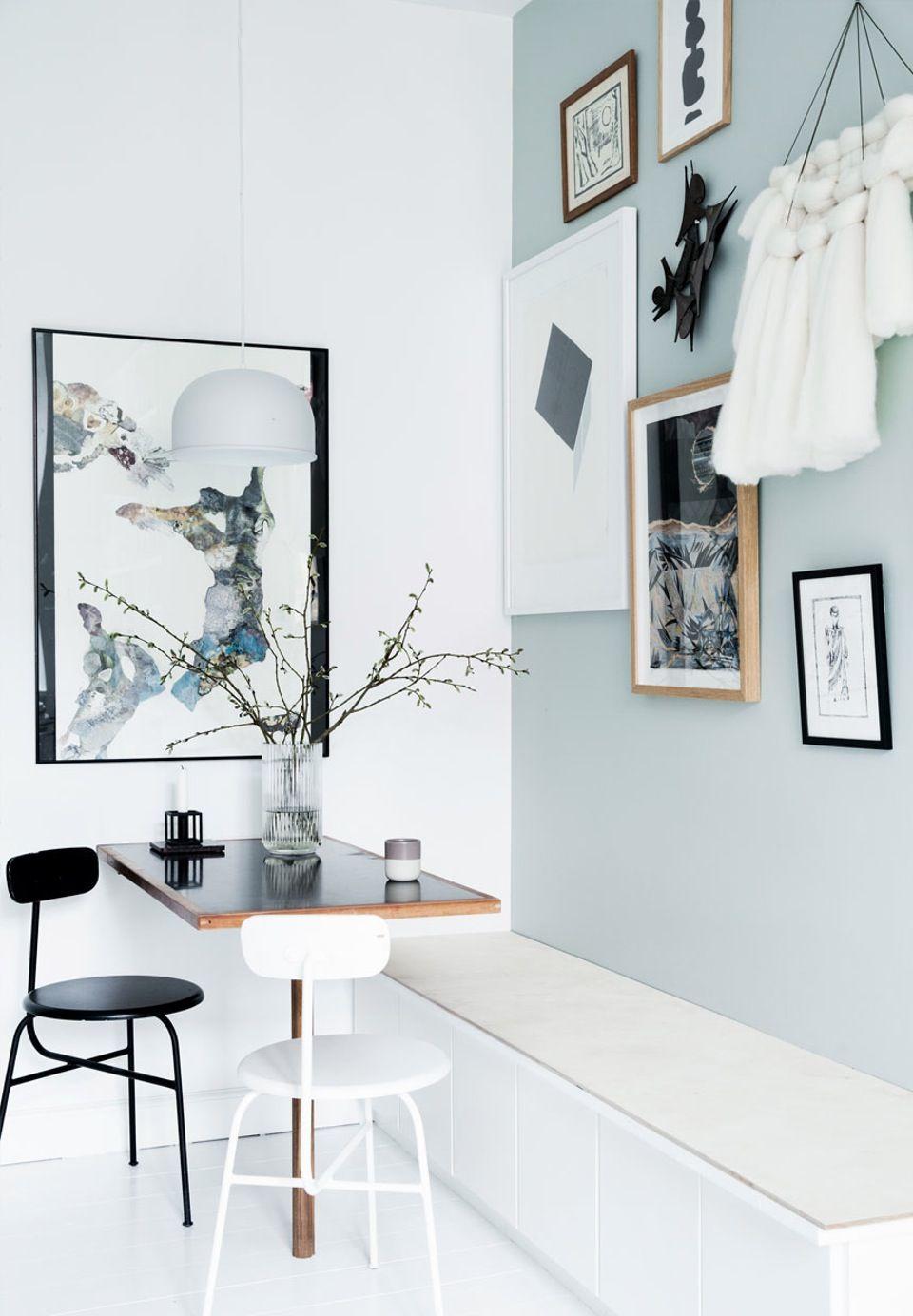 Spiseplads med fint kunst på væggen