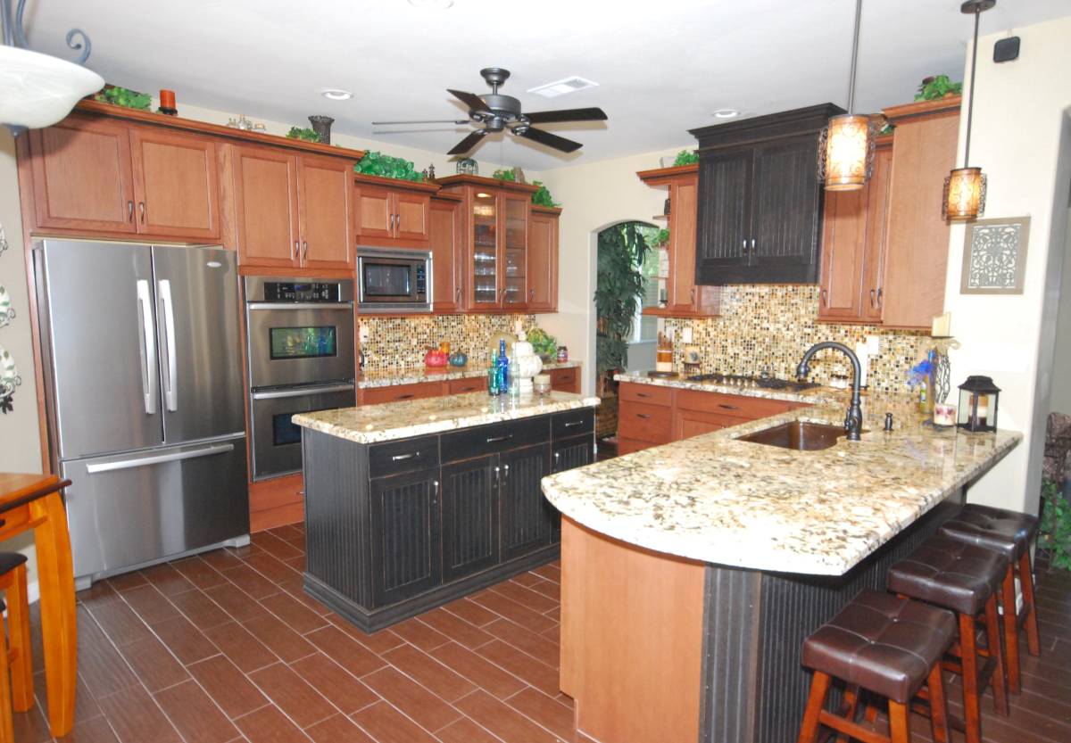 Cardell Wiley Brown With Black Glaze And Dewils Black Worn Cabinets With Granite Countertops Oak Kitchen Cabinets Oak Kitchen Kitchen Cabinets