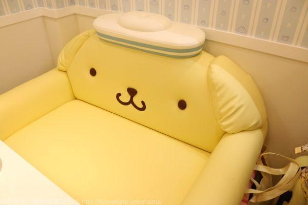 ポムポムプリンカフェ横浜店にあるポムポムプリンのソファー。ソファーになっても違和感のないポムポムプリンのデザインの可能性は大きいと思った。かわいい。
