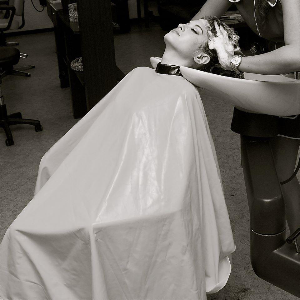 shampooing sous la cape Coiffure, Coiffeur et Peignoir