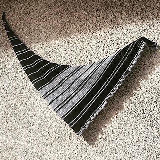 Easy Crochet Pattern for a striped boomerang shawl with a flounce