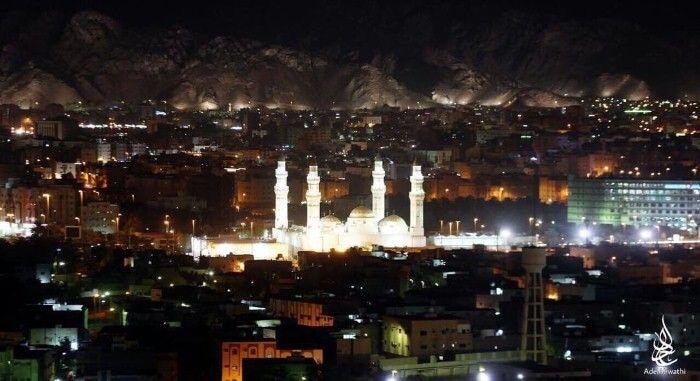 صورة ليلية رائعة يظهر فيها جبل أحد ومسجد قباء في المدينة المنورة Holiday Decor Holiday Christmas